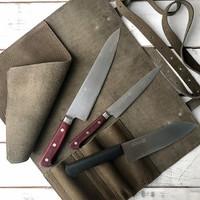 Закончили небольшую партию сумок для кухонных ножей, сейчас на сайте доступны два варианта на 3 и 5 ножей из мягкой и очень красивой кожи. #кухня #кулинария #ресторан #шефповар #шеф #скруткадляножей #сумкадляножей