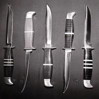 Друзья, среди вас многие просили возобновить наши небольшие рассказы о ножевых компаниях. Просили- делаем! Поскольку инстаграм- это про картинки, а мы здесь за контркультуру, теперь пару раз в неделю будем рассказывать вам о чем-то новом. ⠀ Первыми у нас будут Buck Knives, да просто за вклад в историю. ⠀ Основатель Buck Knives Хойт Хиз Бак родился в Канзасе, и с детства мечтал стать кузнецом. Местный мастер долго присматривался к хулиганистому обычно мальчишке, взгляд которого становился взрослым и серьезным, когда он смотрел, как работают в кузнечной мастерской. И вот, когда Хойту исполнилось 10 лет, мастер взял его в ученики. Мальчик оказался хватким и способным, да таким, что вскоре изобрел свой способ термической обработки лезвий сельхозинструмента. История Buck Knives ведется именно с этого момента. ⠀ Через 5 лет Хойт уехал из родных краев. Некоторое время он провел в путешествиях, и в итоге завербовался в Военно-морской флот. Служба во флоте нравилась, и занимала у парня все свободное время, поутихло даже увлечение ножами. Но вскоре грянула Вторая Мировая, которая настигла Хо в Перл Харбор. Отделавшись легким испугом, будущий основатель Buck Knives ушел в запас, осев в городишке Маунтин-Хоум, что в Айдахо. Жизнь тут была спокойная и размеренная, некоторое время Хойт даже прослужил пастором в местной церквушке. Но узнав, что Армии не хватает хороших фиксов, он вновь вернулся к своему старому увлечению, выделив для него вечернее время и подвал своей церкви. ⠀ Продолжение в следующем посте🔜 #русскийножевойинстаграм #ножи #ножеваяистория #яножеман #ножемания #knifeporn #buck #buckknives