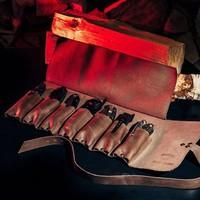 Снова в наличии очень клевая Сумка для 7 складных ножей BAG-ROLL7. Как вы можете видеть по фотографии, помещаются в неё даже очень крупные ножи. Доступна для заказа на сайте или просто напишите в директ. #сумкидляножей #скруткадляножей #складнойнож #spyderco #coldsteel #extremaratio #leatherman